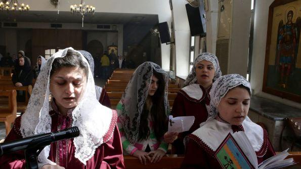 des-deplacees-assyriennes-qui-ont-fui-devant-l-avancee-du-groupe-etat-islamique-en-syrie-prient-dans-l-eglise-melkite-ibrahim-al-khalil-dans-la-banlieue-de-damas-le-1er-mars-2015_5496849