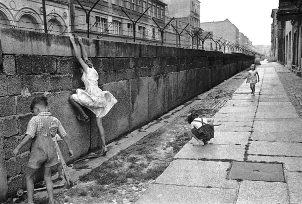 berlin-wall-children-playing-west