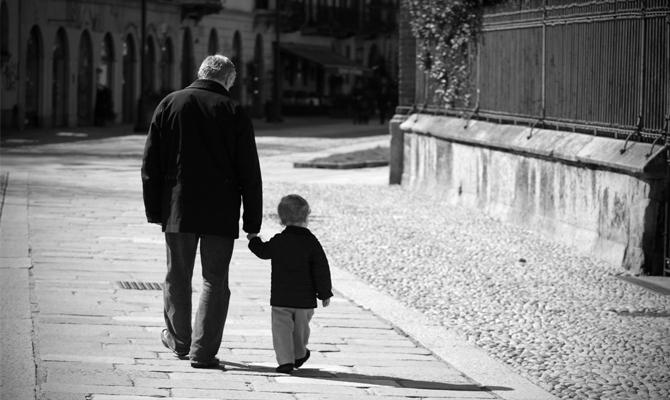 nonno-nipote-per-mano